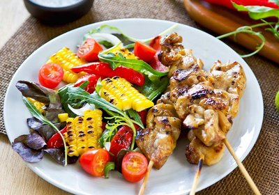 grilled-chicken-skewer-with-salad-PKCKEHW